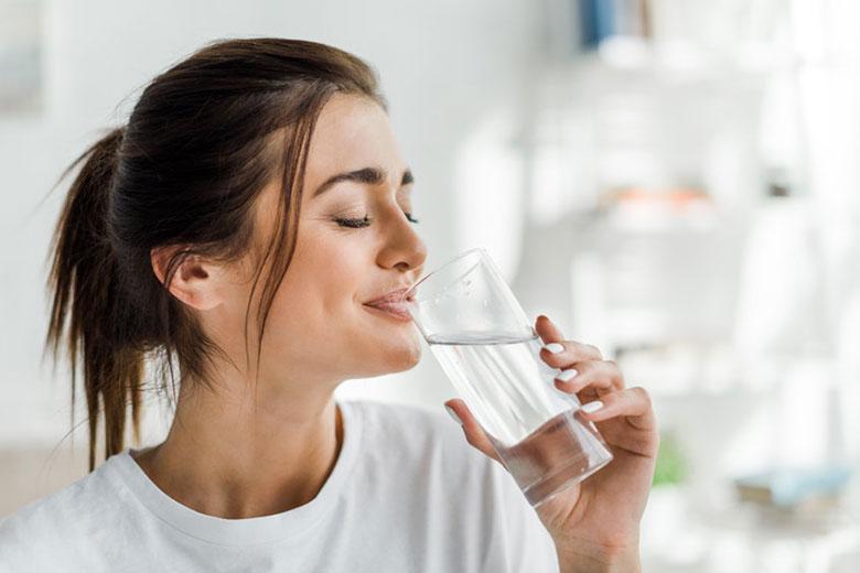 Cómo beber agua con las comidas